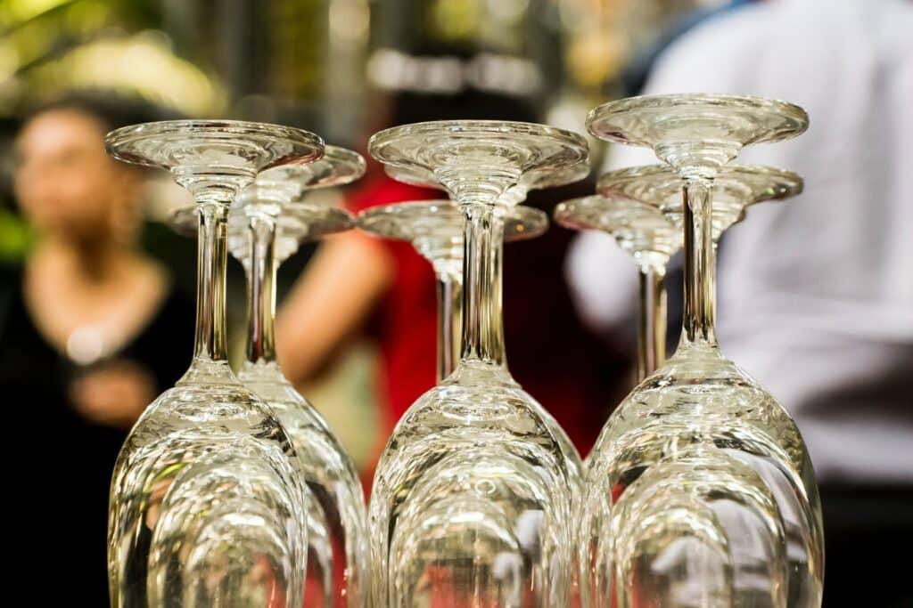 storing wine glasses